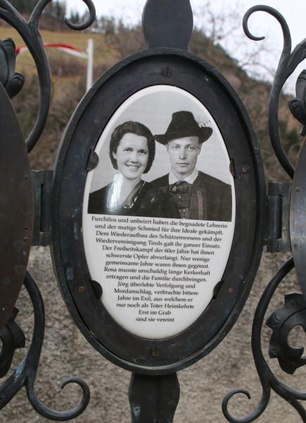 klotz Gedenkfeier Grabkreuz