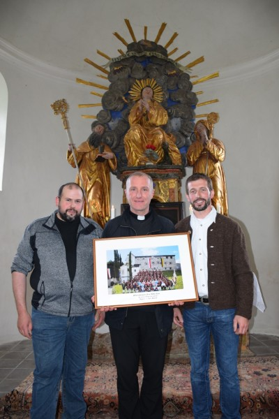 Übergabe des Kompaniebildes; v.l.n.r.: Flt. Philipp Holzner, Pater Basilius Schlögl OT und Hptm. Andreas Pixner