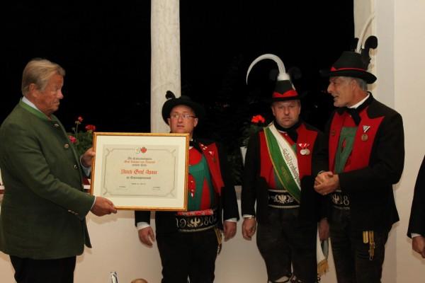 2010_Burgstall Tassullo_Übergabe der Ehrenurkunde Graf Ulrich von Spaur Schloss Valer 01