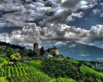 Schloss Tirol Sommer bewölkt 2