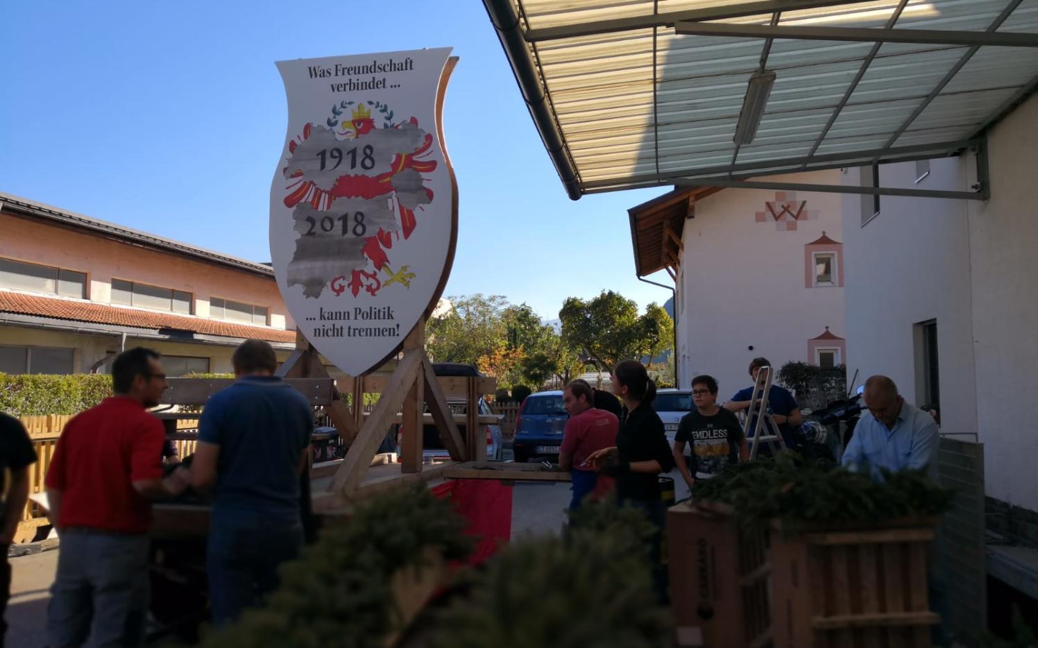 2018_Algund Bezirk_Aufbau Schmücken Traubenfest Festwagen (11)