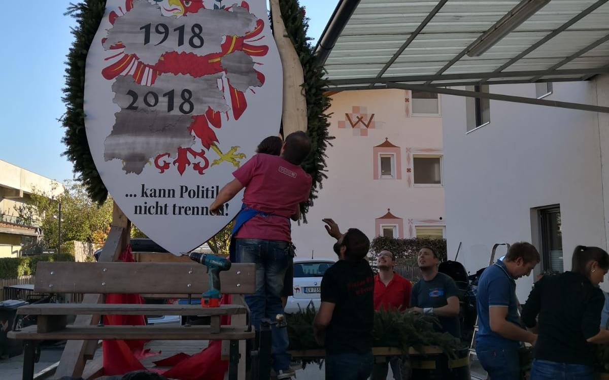 2018_Algund Bezirk_Aufbau Schmücken Traubenfest Festwagen (14)